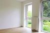 Schöne und moderne Obergeschosswohnung zum Wohlfühlen - Schlafzimmer mit großen Fenstern